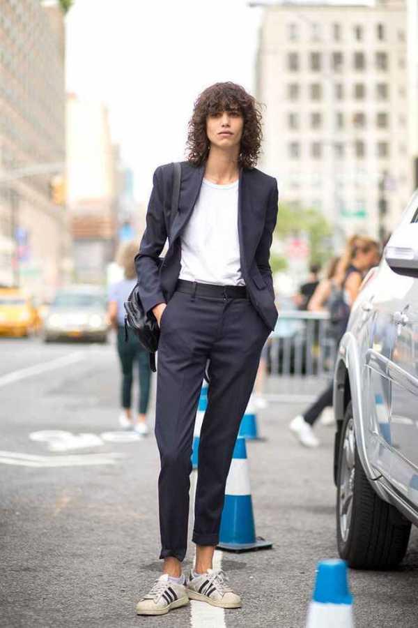 классические брюки с кроссовками